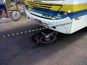 Adolescente morre seis dias após acidente entre motoneta e ônibus na Atalaia