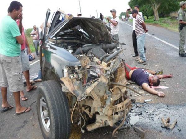 TRAGÉDIA: Colisão entre ônibus e Hilux deixa sete mortos