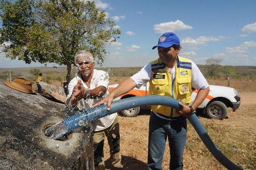 Governo entrega alimentos e água à população vítima da seca