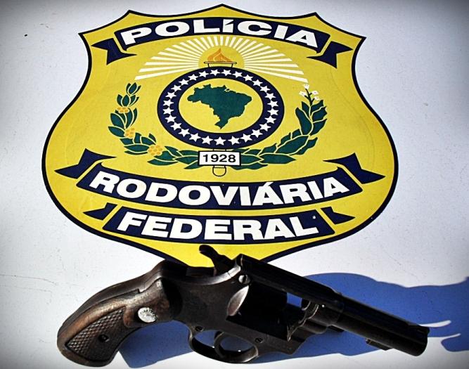 PRF prende condutor pelo porte ilegal de arma de fogo.
