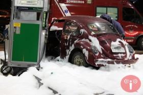Fusca bate em freezer's de posto de combustível em Glória