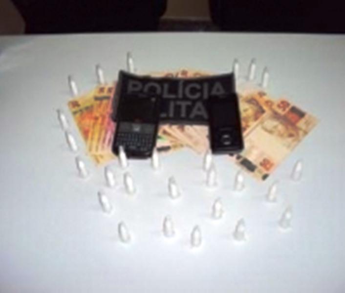 PM flagra dupla traficando em Dores e apreende 26 ampolas de cocaína