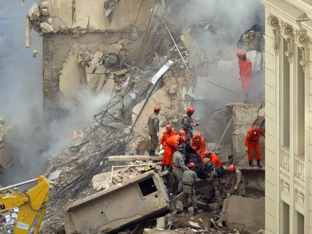 Sexto corpo é encontrado entre os escombros no Rio; 20 estão desaparecidos