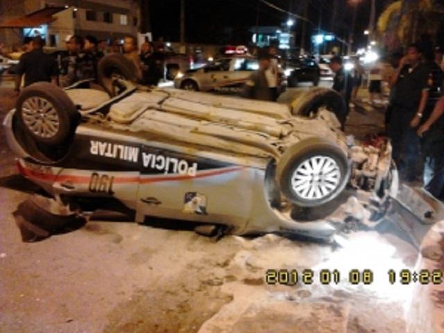 Carro da Polícia Comunitária de São Cristóvão capota no Augusto Franco