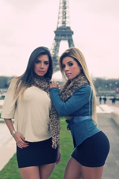 Miss Bumbum abre casaco e fica de calcinha em frente à Torre Eiffel