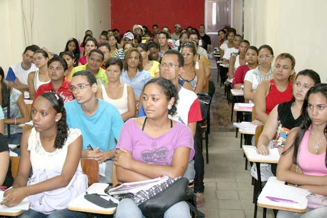 Aulas do curso Pré-Universitário da Seed tiveram início nesta segunda-feira
