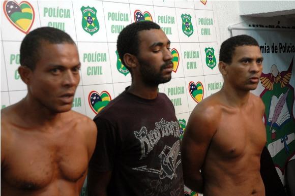 Polícia Civil apresenta trio acusado de matar pai e filho na Barra dos Coqueiros