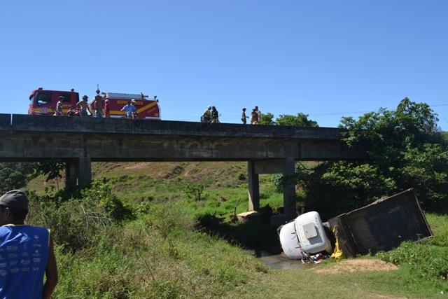 Caçamba tomba e cai de ponte em Estância
