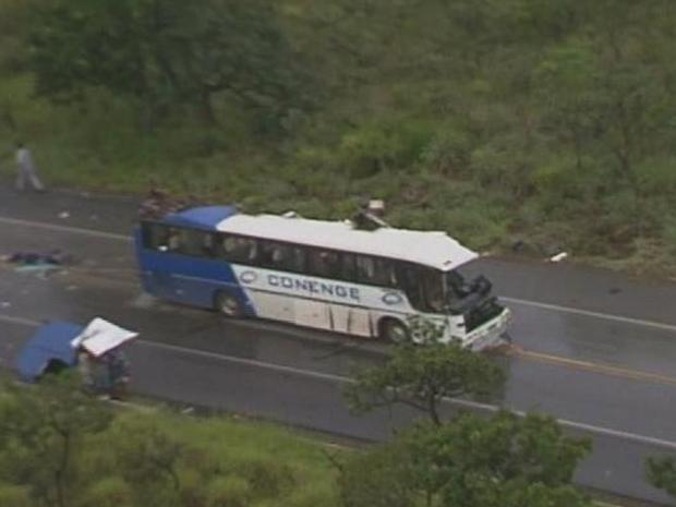 Batida entre ônibus e carreta deixa 15 mortos na BR-040, diz PRF em Minas