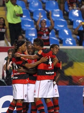 Flamengo vence o Fluminense em noite de gol e cartão vermelho para Ronaldinho