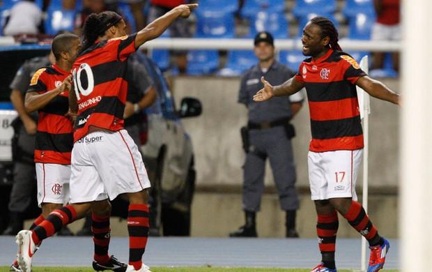 Com gol de Love e vaias a R10, Flamengo sua para vencer Emelec no Engenhão
