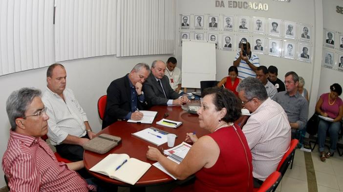 Déda despacha na Secretaria de Educação e recebe representantes do Sintese