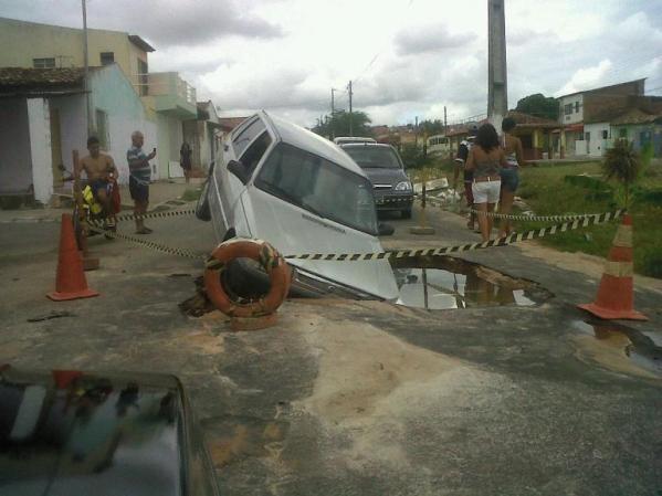 Carro cai em buraco no Eduardo Gomes, em São Cristóvão