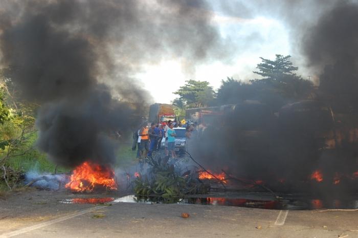 Manifestantes fecham a BR 235 em Nossa Senhora do Socorro, SE