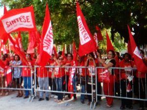 Professores em greve são impedidos de realizar protesto perto de Dilma em Aracaju