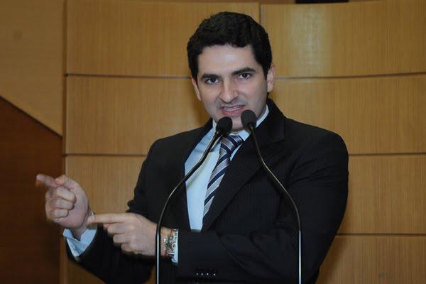 Deputado Gustinho Ribeiro responde sobre inflûncia no TCE