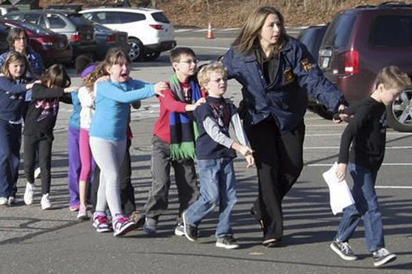 Atirador mata 20 crianças e 6 adultos em escola infantil nos Estados Unidos