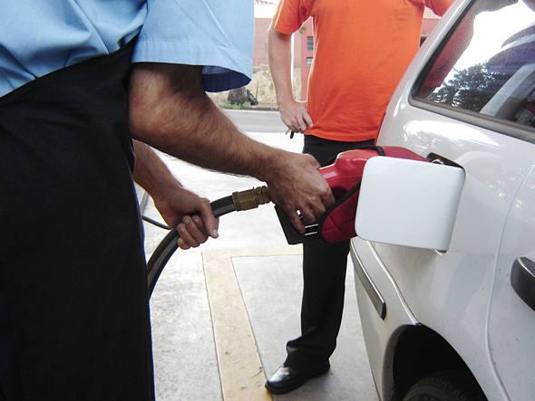 Governo estuda redução de impostos sobre combustíveis