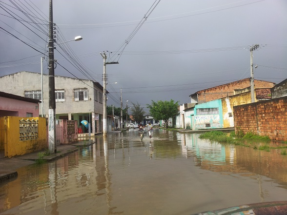 Na Rua F, no cruzamento com Alan Silva, no Rosa Maria, foram registrados pontos de alagamentos. (Foto: SE Notícias)
