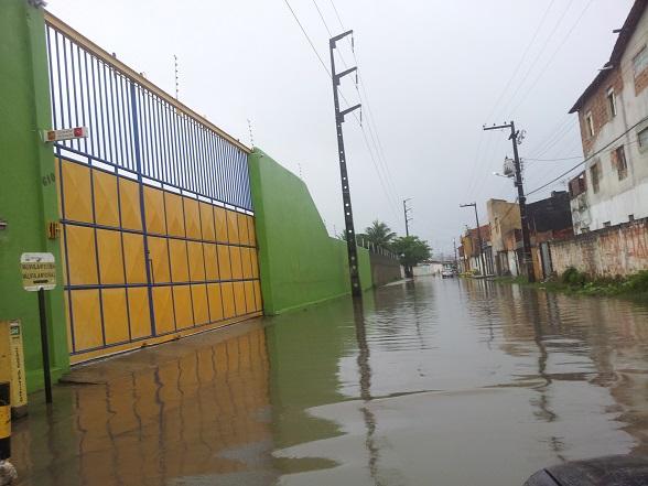 Na Rua Horácio Souza Lima, no cruzamento com a Rua Ulices Andrade, no bairro Rosa Elze, foram registrados pontos de alagamentos. (Foto: SE Notícias)