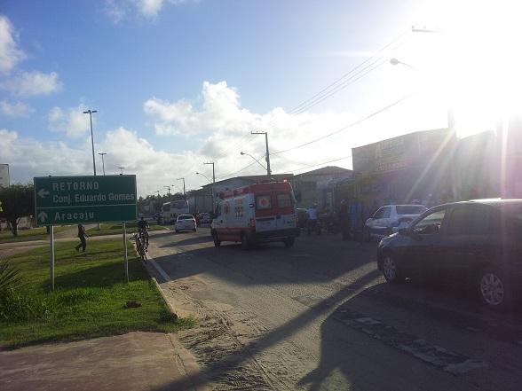A colisão aconteceu por volta das 13h deste domingo (6), em frente a rotatória do Eduardo Gomes.(Foto: SE Notícias)