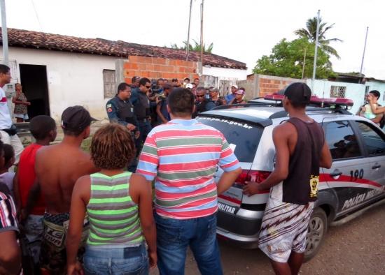 Adolescente é escoltado pela PM na saída. (Foto: Sergipe é Notícia)