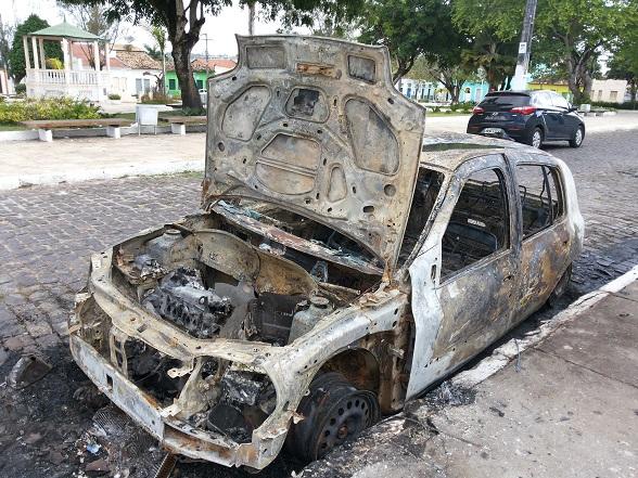 Renault Clio ficou totalmente destruído. (Foto: SE Notícias)