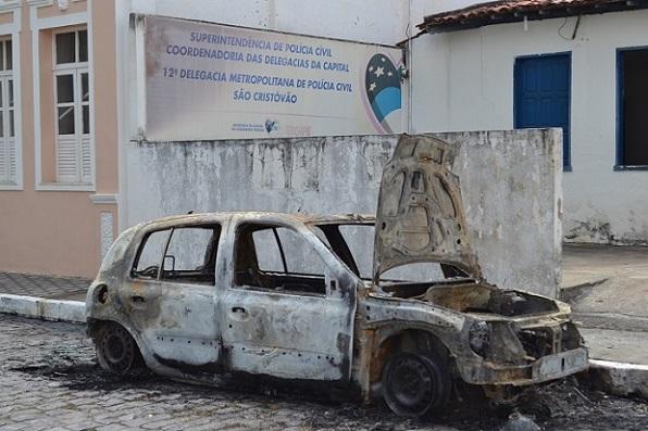 Carro estava estacionado em frente à delegacia de São Cristóvão. (Foto: SE Notícias)