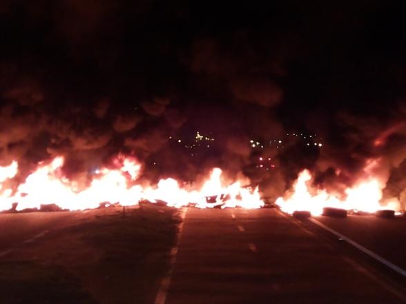 Manifestantes bloqueiam Rodovia João Bebe Água pela segunda vez. (Foto: SE Notícias)