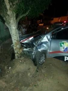 Na colisão apenas um dos policiais que seguia no veículo se feriu na região da cabeça.