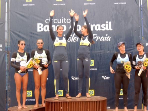 Dupla comemora ponto do título do Challenger de Ribeirão Preto.(Divulgação/CBV)
