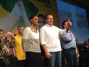 Eduardo Campos e Marina Silva cumprimentam a militância durante a convenção que oficializou a candidatura à Presidência da República. (Foto: Nathalia Passarinho / G1)