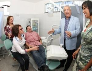 Jackson Barreto e o prefeito de Tobias, Dilson de Agripino, visitam instalações do Centro Odontológico. (Foto: Victor Ribeiro/ASN)