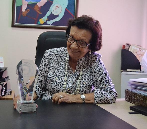 Aglaé Fontes com o Prêmio Ser Criativo (Foto:Ascom/Funcaju)