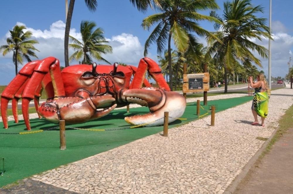Escultura do caranguejo gigante é recuperada na Orla