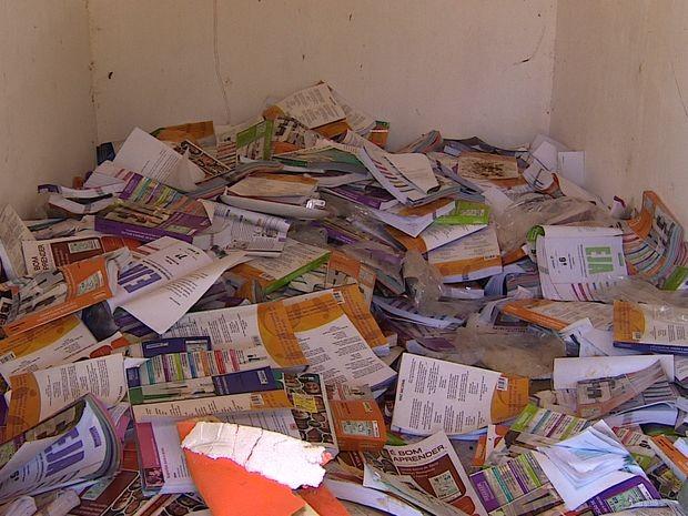 Livros amontoados e cadeiras em matagal revelam abandono em escola de São Cristóvão