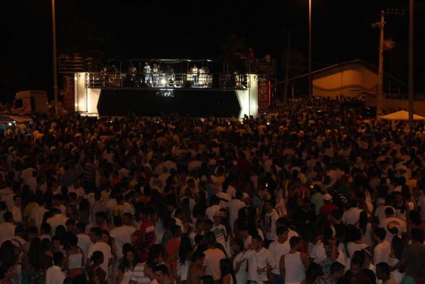 Festa de Réveillon reúne milhares de pessoas na Praia da Caueira