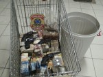 Armas e dinheiro foram encontrados dentro de balde e entregues à polícia (Foto: Divulgação/PF)