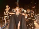 Daniela Mercury posa com dançarinos antes de iniciar desfile (Foto: Mauro Zaniboni /Ag Haack)