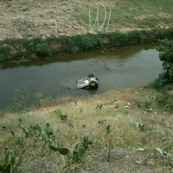 Carro capotou e caiu no rio na manhã deste domingo (Foto: Divulgação/Cleberson de França 'Clebinho de Zé Moela'). (Foto: WhtaSapp/SENotícias)