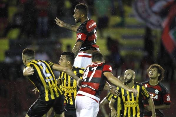 Flamengo leva gol de Pernão, perde em Volta Redonda e flerta com crise