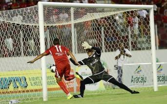 Hiago faz o gol da vitória do Sergipe contra o Itabaiana no Batistão (Foto: Jorge Henrique/Jornal da Cidade))