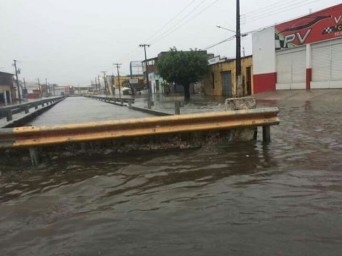 Canal transbordou na Av. Deputado Airton Teles (Foto: Reginaldo Rodrigues/TV Sergipe)