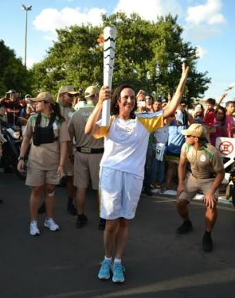 Lucimara Batista, carteira no Paraná, participou do primeiro dia de revezamento da Tocha Olímpica em Brasília (Foto: João Paulo Veronezi/Correios)