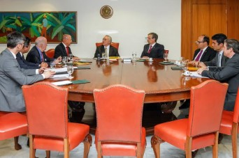 Senadores sergipanos entregam documento à Presidente Temer. (foto: Beto Barata/PR)