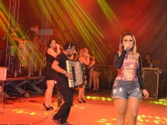Samyra Show e Forró 100% não deixam o público desanimar em plena 4h da manhã (Foto: Flávio Antunes/G1)
