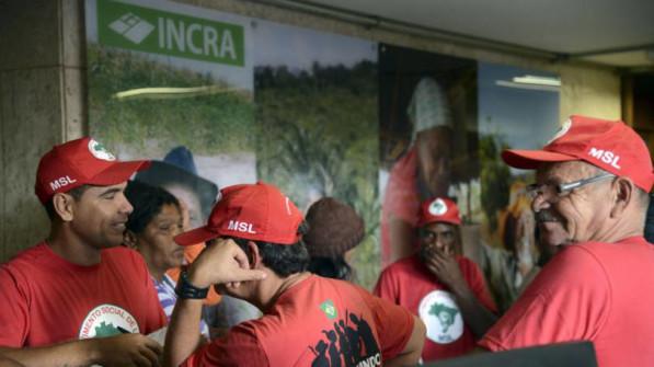 Movimentos sociais ocupam prédios da Caixa e do Incra em Sergipe.