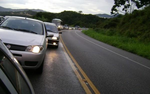 Justiça libera aplicação de multas por farol desligado em rodovias