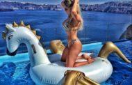 Ex-BBB Renatinha exibe boa forma e 'tira onda' em viagem à Grécia
