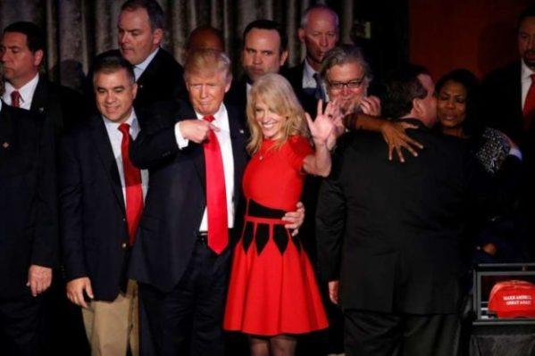 O republicano Donald Trump e sua chefe de campanha, Kellyanne Conway. (Foto: SHAWN THEW / EFE)